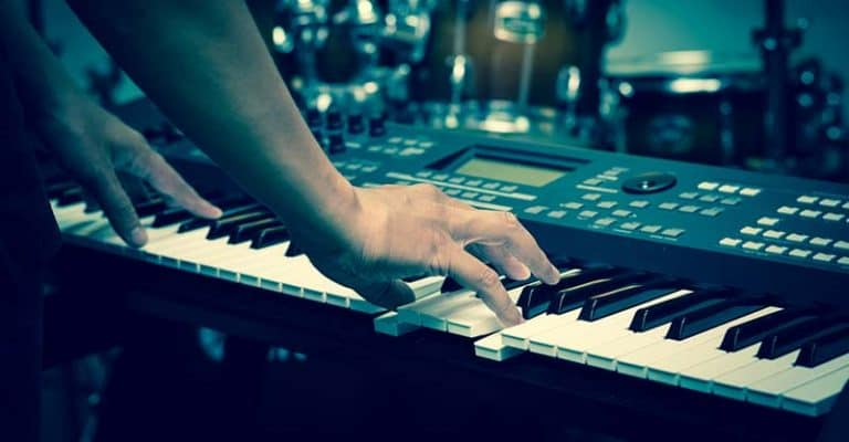 How To Play Keyboard For Beginners – 11 Tips To Learn Keyboard