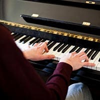Learn ways to play piano with both hands simultaneously for beginners