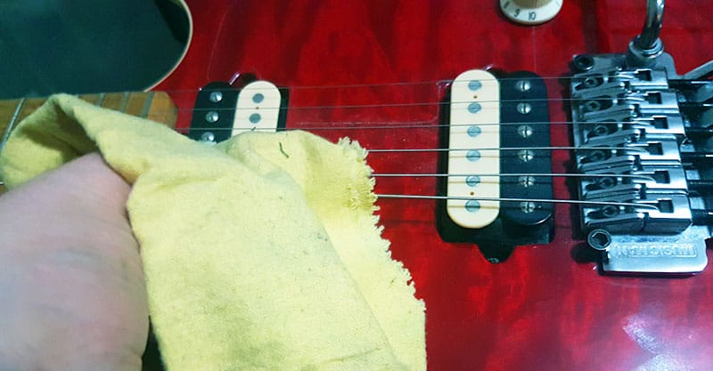 Cleaning your guitar strings with a microfiber cloth
